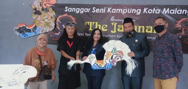 Sekretaris Komisi D DPRD Kota Malang, Rokhmad (dua dari kanan) saat menghadiri pameran seni jaranan di DKM Kota Malang. (Foto: Istimewa).
