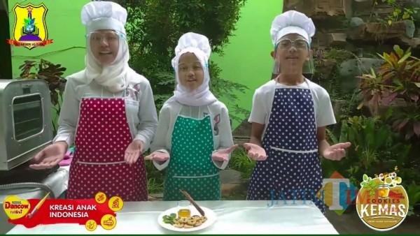 Siswa SDN Klojen presentasi pembuatan Cookies Kemas. (Foto: Ima/MalangTIMES)