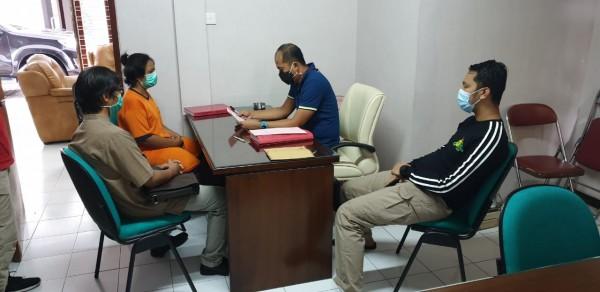 Sumiatim (baju orange) saat proses penyidikan oleh Kejaksaan (istimewa)