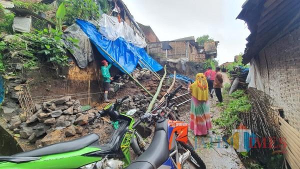Kondisi tanah longsor di Desa Giripurno, Kecamatan Bumiaji, Sabtu (19/12/2020). (Foto: istimewa)