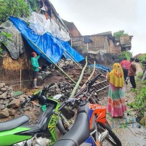 Tanah Longsor di Desa Giripurno, Satu Keluarga Diungsikan