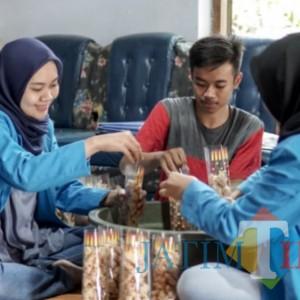 Perbaiki Media Pemasaran Kue Manco, Mahasiswa Universitas PGRI Madiun Gelar Pengmas