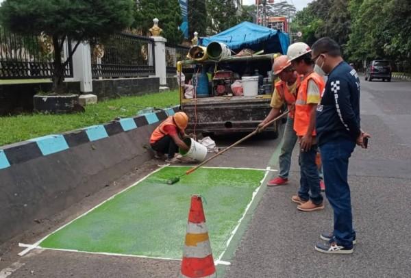 Petugas Dishub Kota Malang saat melakukan pengecatan jalur sepeda (istimewa)