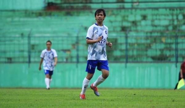 Rian D'Masiv saat bermain fun football game di Kota Malang. (Instagram @rianekkypradipta)