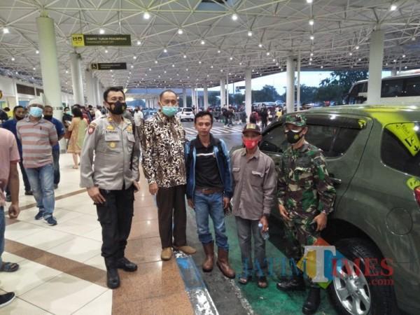 Rombongan Muspika Jabung saat menjemput Dedik Purnomo (tengah) di Bandara Juanda (Foto : Camat Jabung for MalangTIMES)