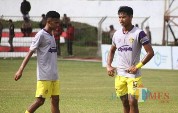Striker Persik Kediri Septian Satria Bagaskara (kanan) saat betlatih di stadion Brawijaya.(Foto: istimewa)