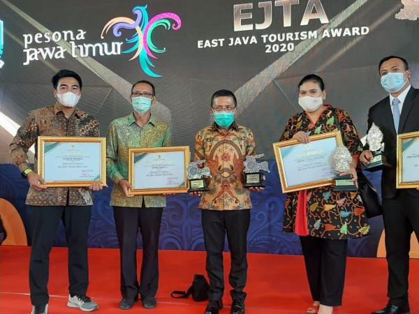Perwakilan Hotel Tugu dan Ijen Suites (kanan) saat usai menerima penghargaan (Humas Pemkot Malang for MalangTIMES).