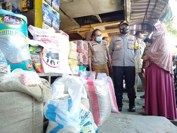 Kapolres Malang AKBP Hendri Umar saat melihat sembako di Pasar Kepanjen. (istimewa)