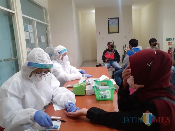 Pelaksanaan rapid test di Kota Malang beberapa waktu yang lalu. (Arifina Cahyanti Firdausi/MangTIMES).