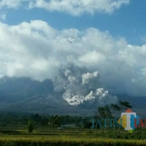 Gunung Semeru Keluarkan Awan Panas Lagi, BPBD: Aman, Jauh dari Pemukiman