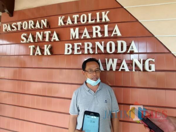 Pastor Kepala Paroki Gereja Jago, Romo Petrus Prihatin Pr. saat ditemui pewarta di Gereja Jago Lawang, Kamis (24/12/2020). (Foto: Tubagus Achmad/MalangTimes)