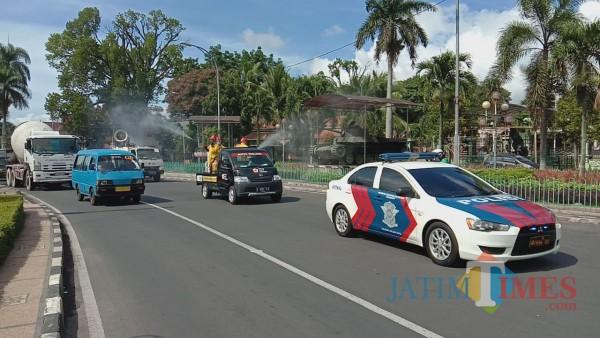 Penyemprotan spraying disinfektan di salah satu kawasan jalan protokol Kota Malang. (Arifina Cahyanti Firdausi/MalangTIMES).
