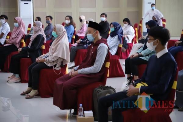 Wali Kota Batu Dewanti Rumpoko saat memberikan arahan kepada calon mahasiswa penerima beasiswa di Graha Pancasila, Balai Kota Among Tani.