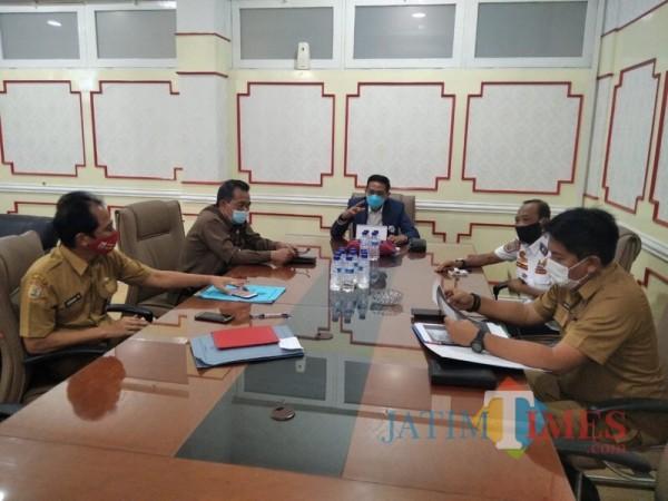 Kadisparbud Kabupaten Malang Made Arya Wedanthara (kanan, paling depan) saat melakukan rapat koordinasi persiapan pengamanan Nataru. (Foto : Dokumen MalangTIMES)