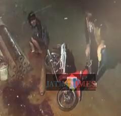 Dua pelaku pencurian besi yang terjungkal saat akan menaikkan besi ke atas sepeda motor (Anggara Sudiongko/MalangTIMES)