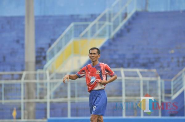 Siswantoro saat bermain bola bersama Arema Legend (Hendra Saputra)