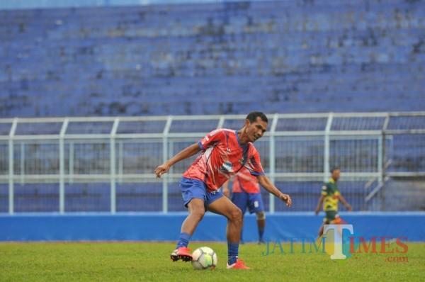 Siswantoro saat bermain bola bersama Arema Legend di Stadion Kanjuruhan (Hendra Saputra)