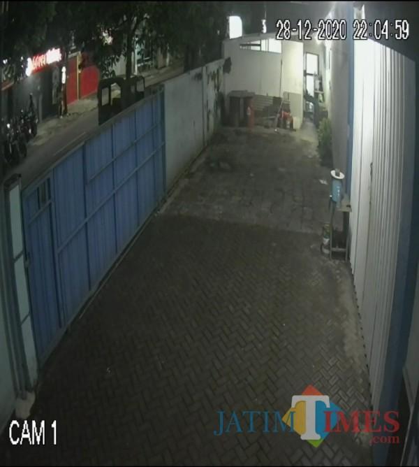 Foto dari cctv warga, terlihat gambar di sebelah kiri, pelaku sedang melakukan aksi pencurian di jalan Karya Timur, Blimbing, Malang