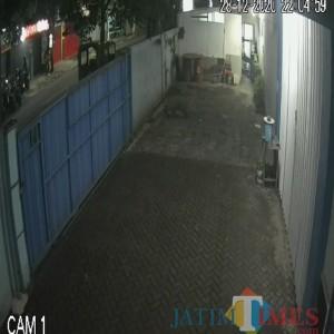 Tertangkap CCTV, Seorang Pria Mencuri Motor di Kawasan Ciliwung