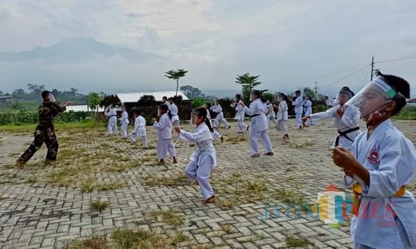 Para atlet karate saat berlatih dengan menerapkan protokol kesehatan di Kota Batu, beberapa saat lalu. (Foto: Irsya Richa/MalangTIMES)