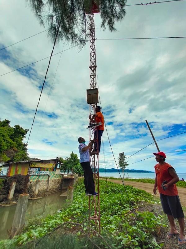 Petugas BPBD saat melepas EWS di Pantai Bayem (dok. BPBD Tulungagung)