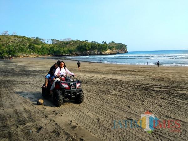 Wisatawan menikmati berlibur di Pantai Serang.(Foto : Malik Naharul/BlitarTIMES)