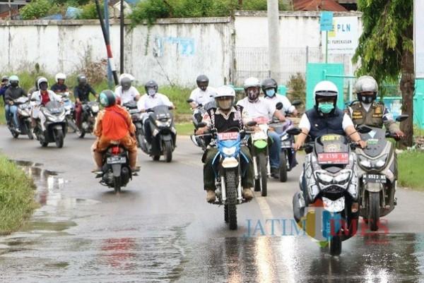 Tempuh Jarak 40 Km dengan Sepeda Motor, Bupati Tinjau Pembangunan Jalan di Pamekasan