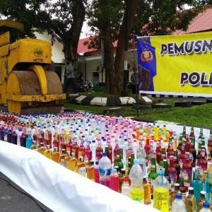 Polres Bondowoso Musnahkan Ratusan Botol Miras, Ban Cacing dan Knalpot Brong