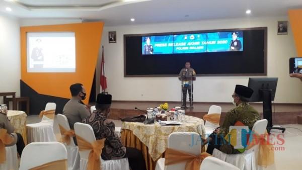Kapolres Malang AKBP Hendri Umar saat memaparkan capaian Polres Malang selama tahun 2020, Rabu (30/12/2020). (Foto: Tubagus Achmad/MalangTimes)