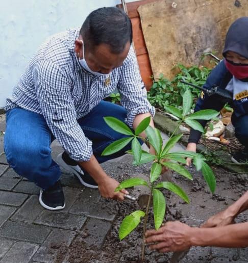 Sekretaris Komisi D DPRD Kota Malang, Rokhmad saat ikut serta berkegiatan penanaman pohon. (Foto: Istimewa).