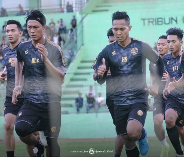 Hendro Siswanto dan Johan Ahmat Farizi (depan) saat menjalani latihan bersama Arema FC (official Arema FC)