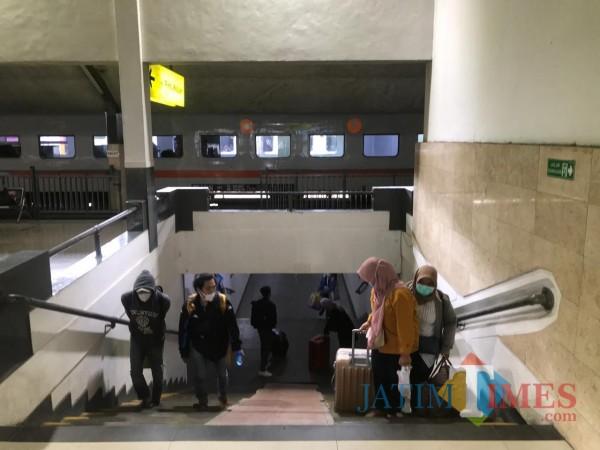 Beberapa penumpang KA yang terlihat di Stasiun Kota Baru Malang (Hendra Saputra)