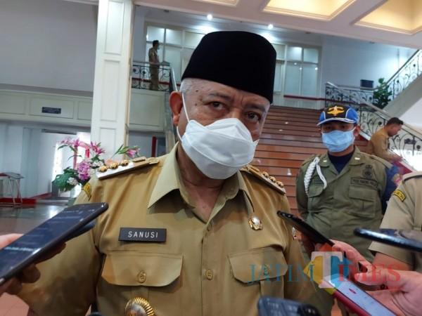 Bupati Malang HM. Sanusi saat ditemui awak media di lobi gedung Anusapati, Pendopo Agung Kabupaten Malang, Senin (4/1/2021). (Foto: Tubagus Achmad/MalangTimes)