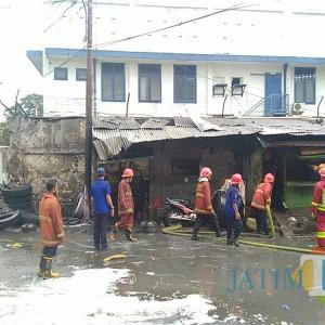 Si Jago Merah Membara di Bengkel Tambal Ban di Jalan Halmahera