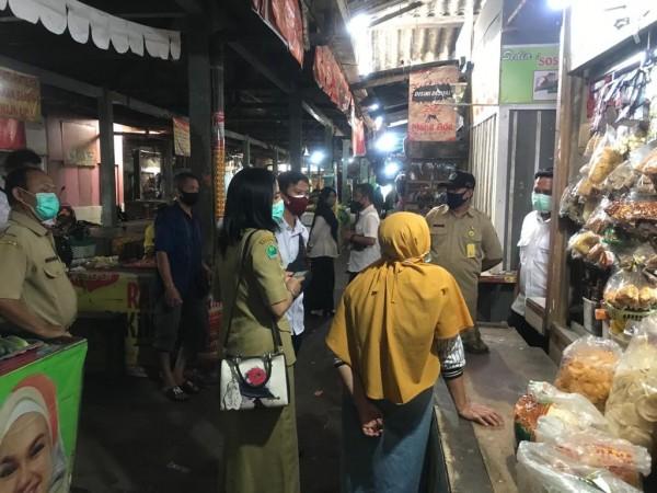 Petugas Diskopindag Kota Malang saat meninjau harga kedelai di salah satu pasar rakyat. (Foto: Istimewa).