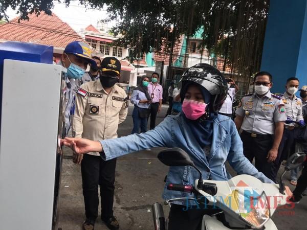 Seorang warga saat mulai memasuki kawasan Stadion Gajayana dengan sistem e-parking. (Arifina Cahyanti Firdausi/MalangTIMES).