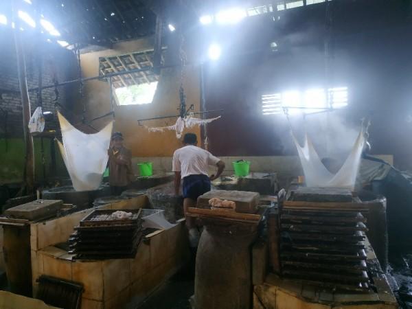 pengrajin pabrik tahu kawasan Kelurahan Temas, Senin (4/1/2021)