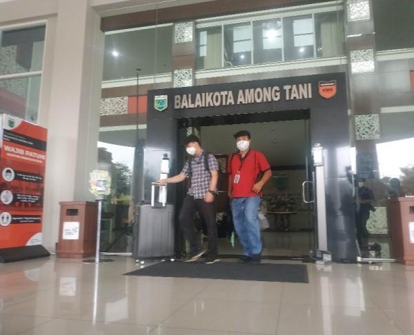 Petugas KPK keluar dari Balai Kota Batu, Kamis (7/1/2021).