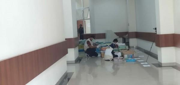 KPK saat memeriksa berkas di Balai Kota Among Tani,Kamis (7/1/2021).