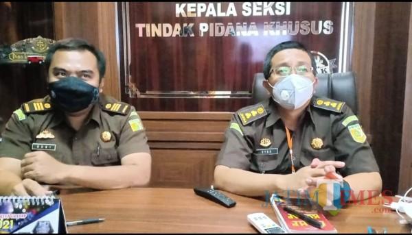 Kasi Pidsus Kejari Kota Malang Dyno Kriesmiardi (kanan) didampingi Kasubsi Penyidikan Boby Ardirizka. (Hendra Saputra)