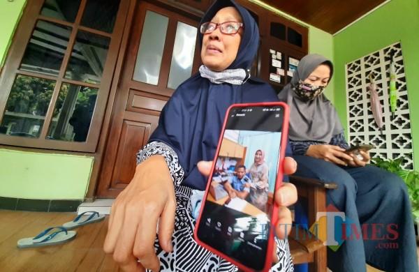 Nanik, ibu korban saat menunjukan foto anak dan cucunya. (Foto: Eko arif s/JatimTIMES).