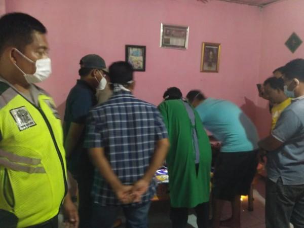 Petugas medis dan kepolisian saat memeriksa tubuh korban tersambar petir (Istimewa)
