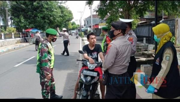 Petugas saat melakukan razia Operasi Yustisi gabungan dalam Pemberlakuan Pembatasan Kegiatan Masyarakat (PPKM)