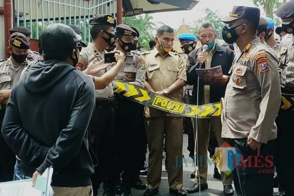 Aliansi Pemuda Peduli Rakyat (Alpart) saat melakukan demonstrasi di depan gedung Pemerintah Kabupaten Pamekasan, (Foto:Rozy/JatimTimes.com)