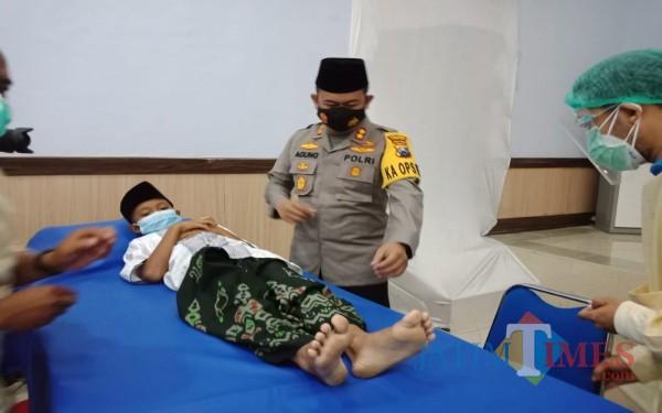 Kapolres Jombang AKBP Agung Setyo Nugroho saat melihat proses khitan massal. (Foto: Adi Rosul / JombangTIMES)