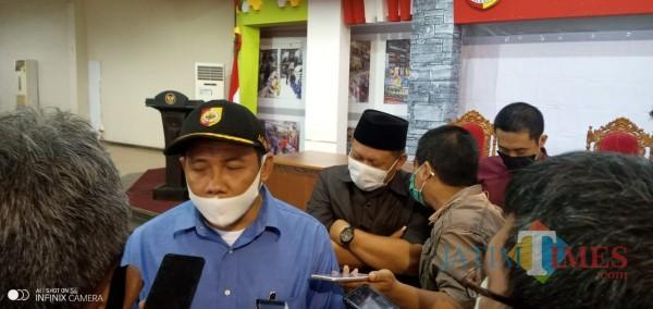 Ketua Komisi C DPRD Jember David Handoko Seto saat memberikan keterangan kepada wartawan (foto: Moh. Ali Makrus/JatimTIMES).