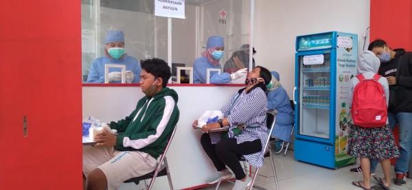 Masyarakat yang sedang melakukan rapid test antigen di PMI Kota Malang. (Foto: Istimewa)