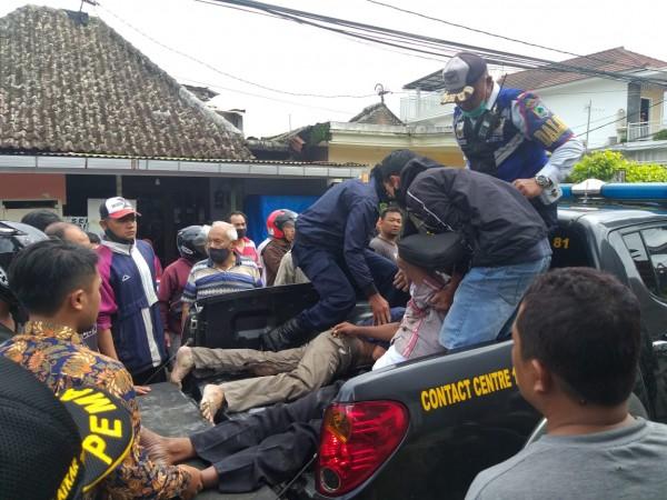 Petugas saat mengangkat korban di atas mobil, Selasa (12/1/2021). (Foto: istimewa)