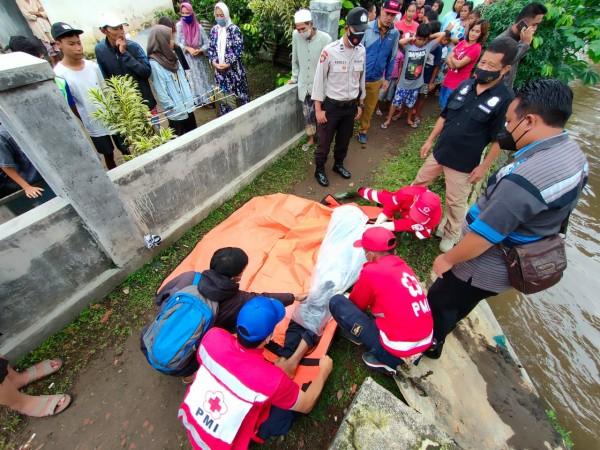 Proses evakuasi korban tenggelam di Gondanglegi, Kabupaten Malang (istimewa)