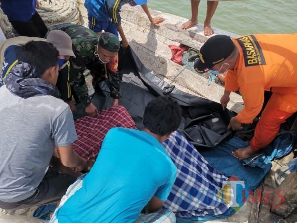 Proses evakuasi satu orang korban laka laut yang hilang selama dua hari (Foto: Ist/Jatim TIMES)